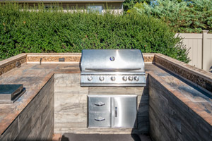 Built-in grill in homeowner's backyard. Boulder Falls provides built-in grills in Vancouver WA and Camas WA.